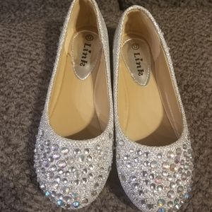 NWOT Girls size 12 silver flats.